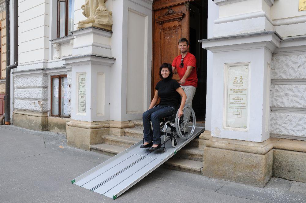 Nájazdové rampy pre imobilných (lyžiny) sú najjednoduchším variantom pre prejazd vozičkára cez nízku bariéru.