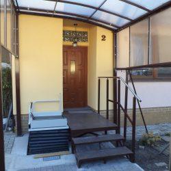 Zrealizovali sme pre nášho klienta v Bratislave zvislú zdvíhaciu plošinu na prekonávanie schodov