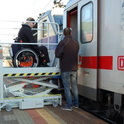 Zvislá zdvíhacia plošina do vlaku ZP2-300-LP11