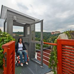 Zvislá schodisková plošina pre vozíčkárov