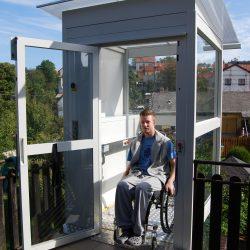 Zvislá zdvíhacia plošina pre telesne handicapovaných