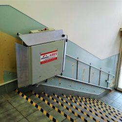 Montáž šikmej schodiskovej plošiny v Púchove na ÚPSVaR